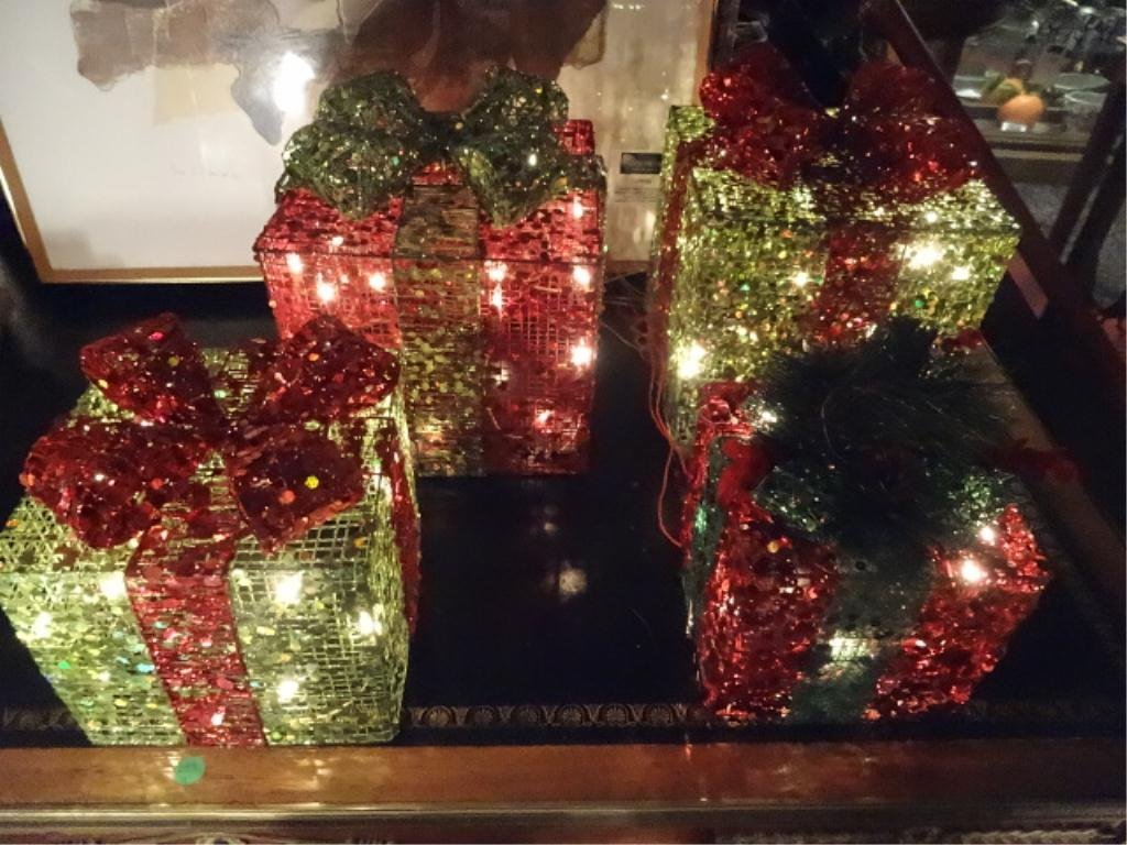 4 PC LIGHTED HOLIDAY PRESENT DECORATIONS, GREEN AND RED