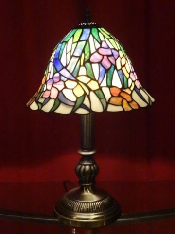 TIFFANY STYLE STAINED LEADED GLASS LAMP, FLORAL SHADE,