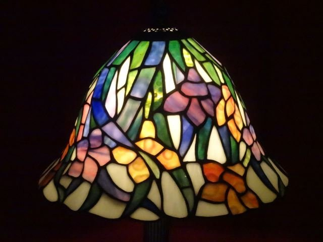 TIFFANY STYLE STAINED LEADED GLASS LAMP, FLORAL SHADE, - 2
