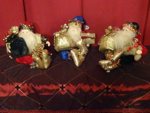 3 SANTA CHRISTMAS TABLE ORNAMENTS, SEATED SANTAS WITH