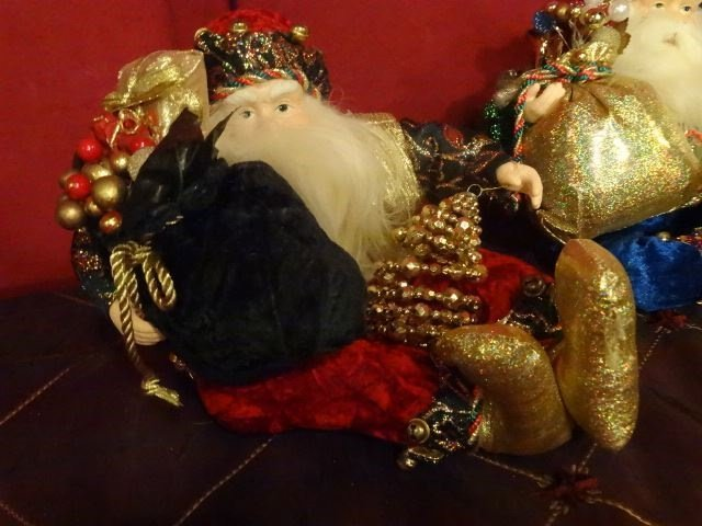 3 SANTA CHRISTMAS TABLE ORNAMENTS, SEATED SANTAS WITH - 2