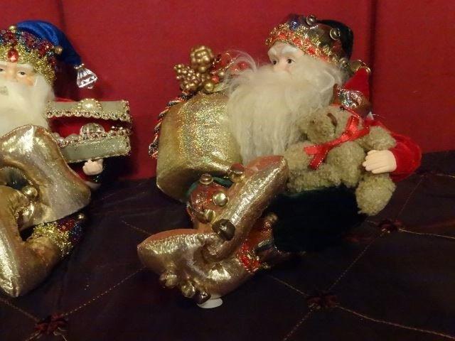 3 SANTA CHRISTMAS TABLE ORNAMENTS, SEATED SANTAS WITH - 4