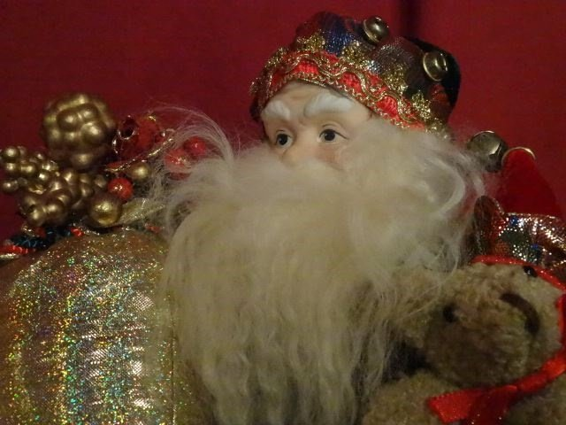 3 SANTA CHRISTMAS TABLE ORNAMENTS, SEATED SANTAS WITH - 5