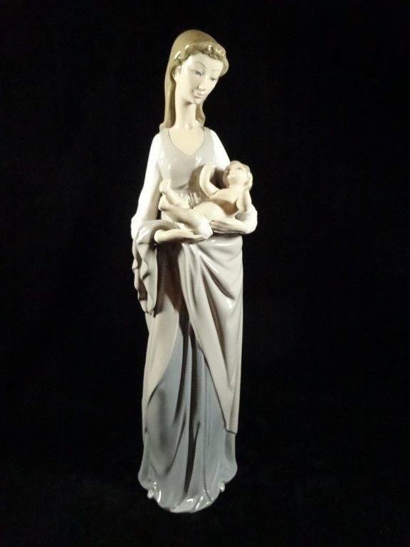 RETIRED LLADRO PORCELAIN FIGURINE, MOTHER & CHILD,
