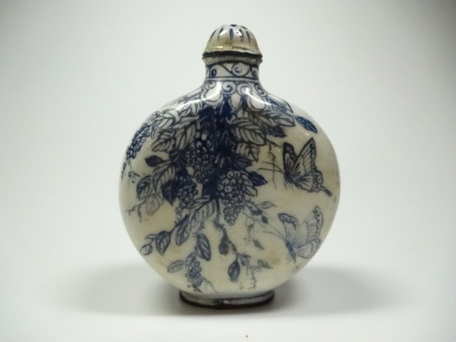 CHINESE SNUFF BOTTLE, BLUE & WHITE ENAMEL OVER COPPER,
