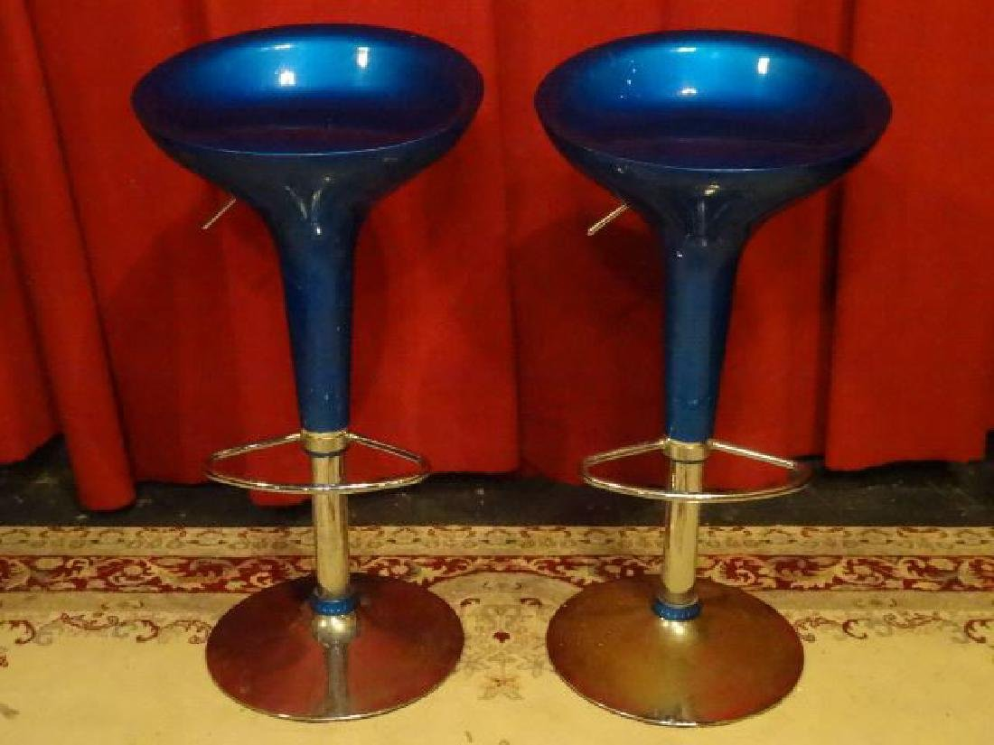 2 MODERN HYDRAULIC BARSTOOLS, BLUE MOULDED TOP, CHROME