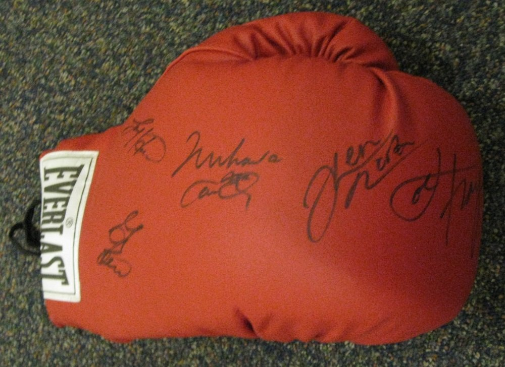 22: BOXING: A good red Everlast boxing glove individual