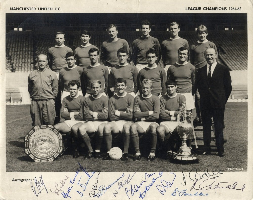 MANCHESTER UNITED: A good vintage signed 10 x 8