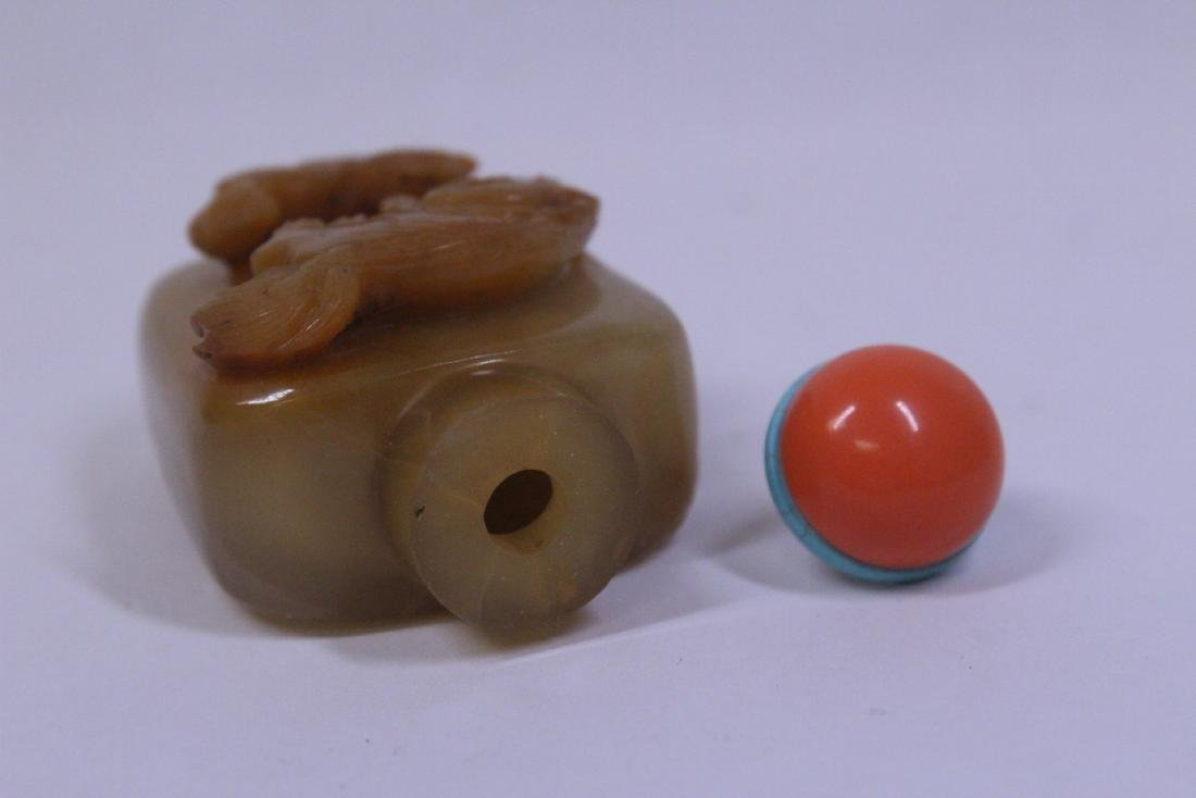 A beautifully carved Chinese agate snuff bottle - 6