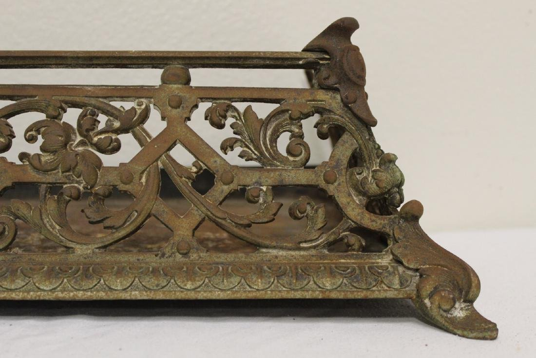Very ornate Victorian cast iron fireplace fender - 7