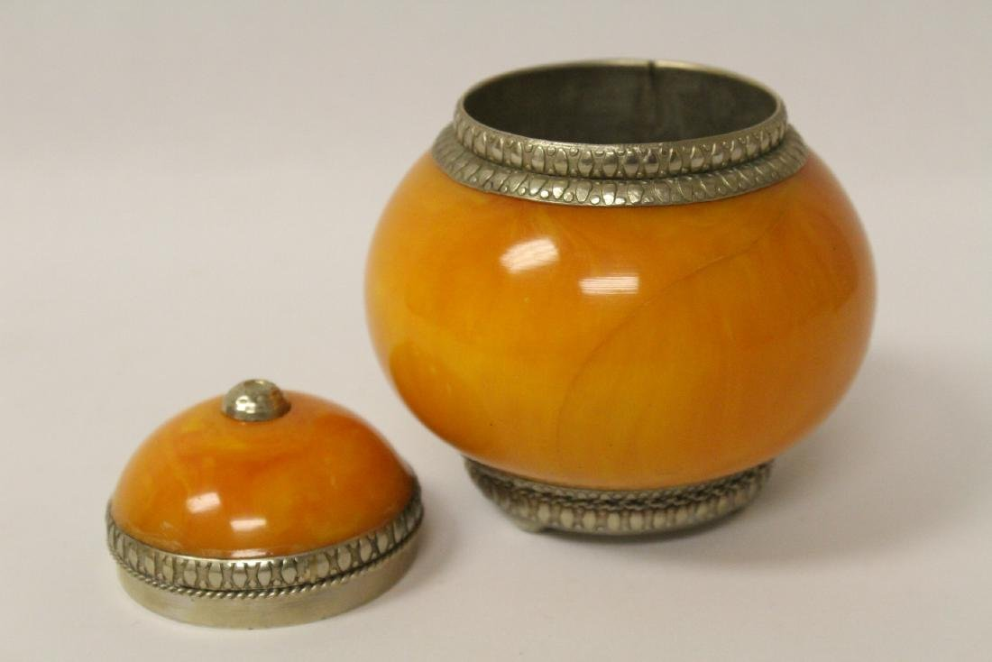Lot of amber like items - 9