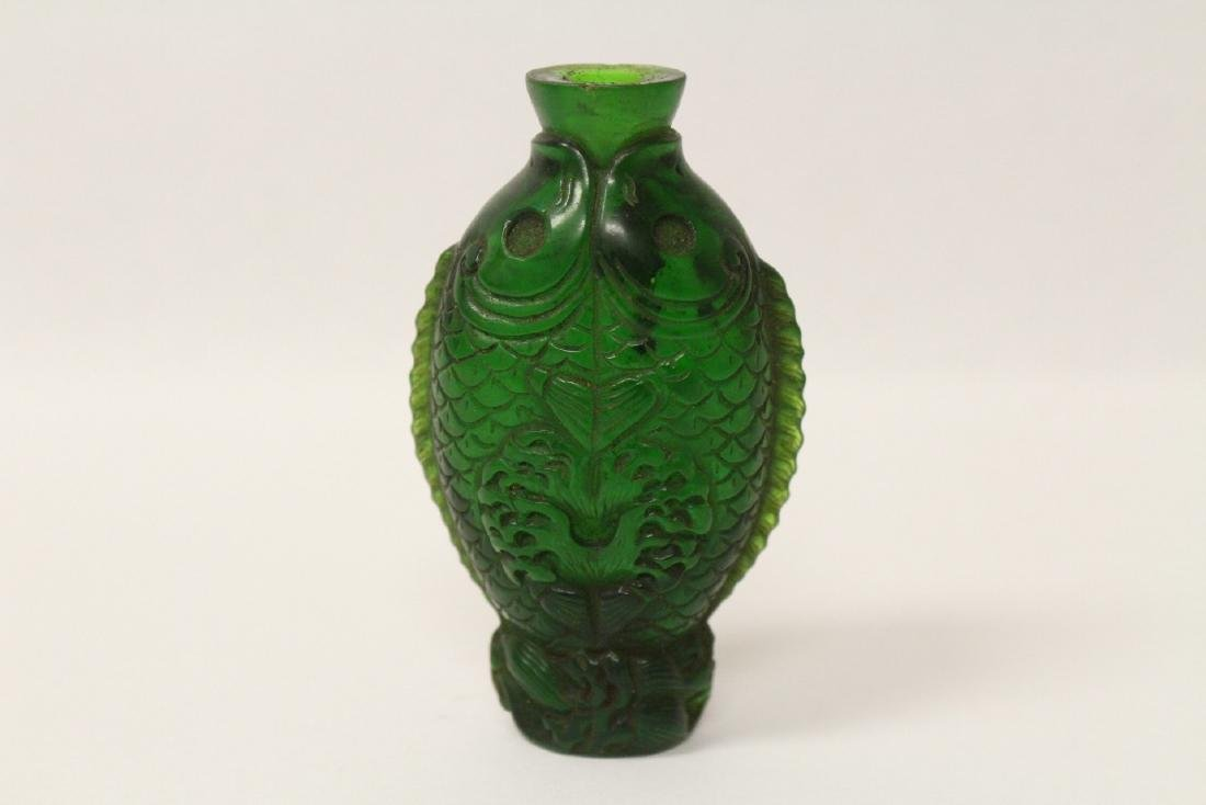 A Peking glass snuff bottle with double fish motif - 4