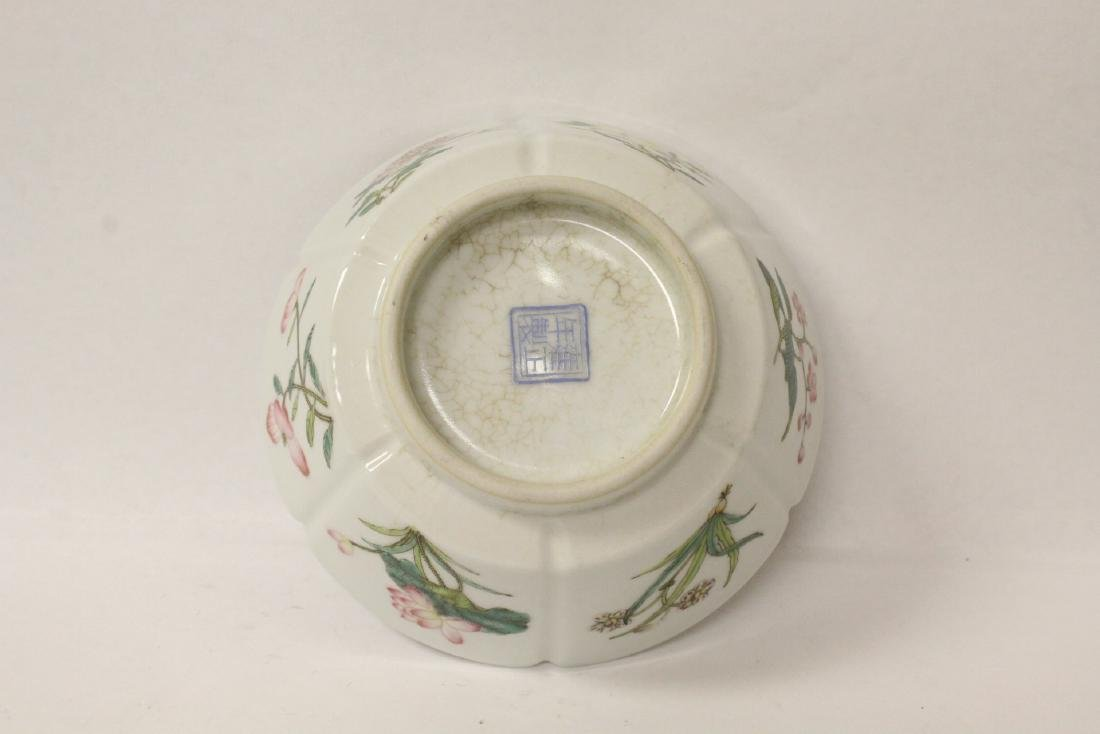 Famille rose porcelain bowl with fluted edge - 7