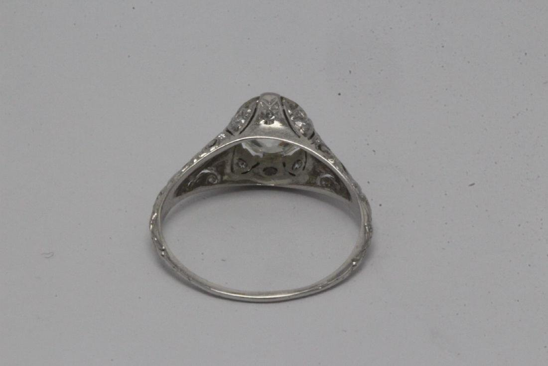 A beautiful art deco platinum diamond ring - 9