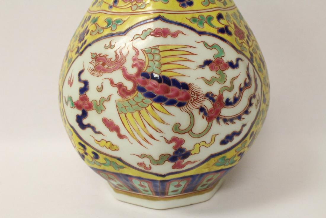 A fine Chinese wucai porcelain vase - 2