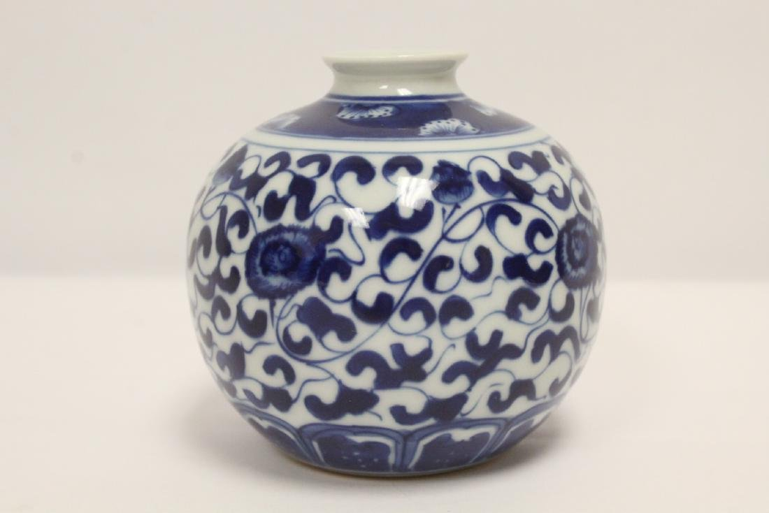 A fine Chinese blue and white small porcelain jar - 3