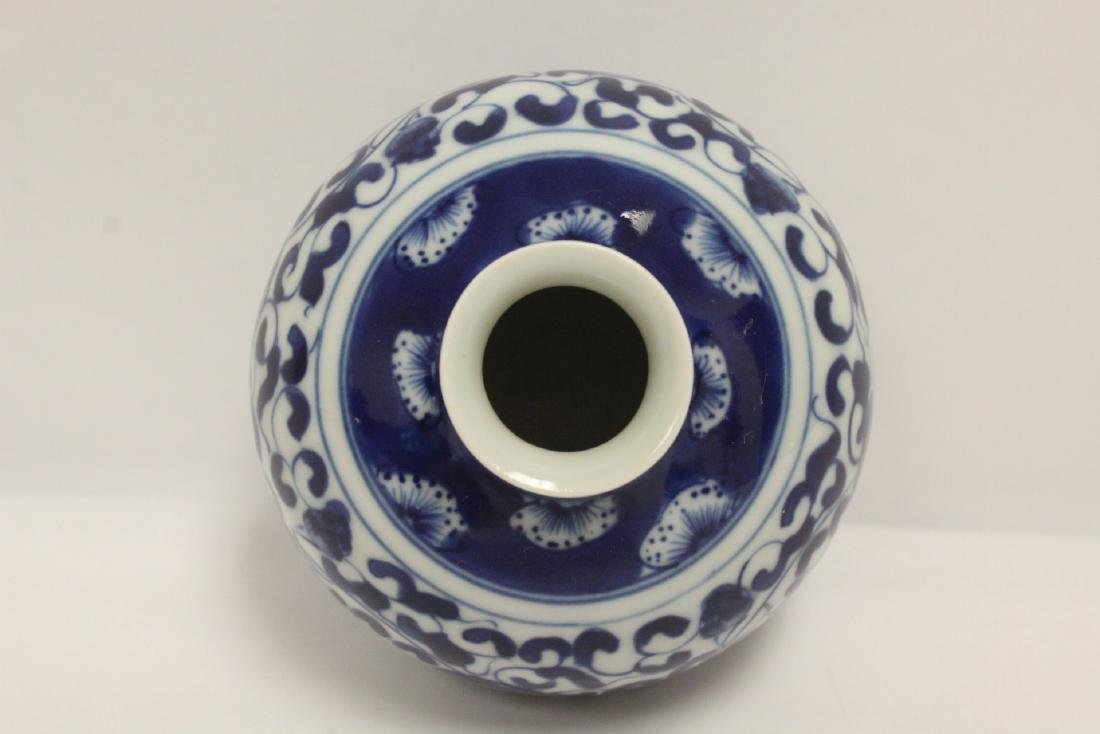 A fine Chinese blue and white small porcelain jar - 4