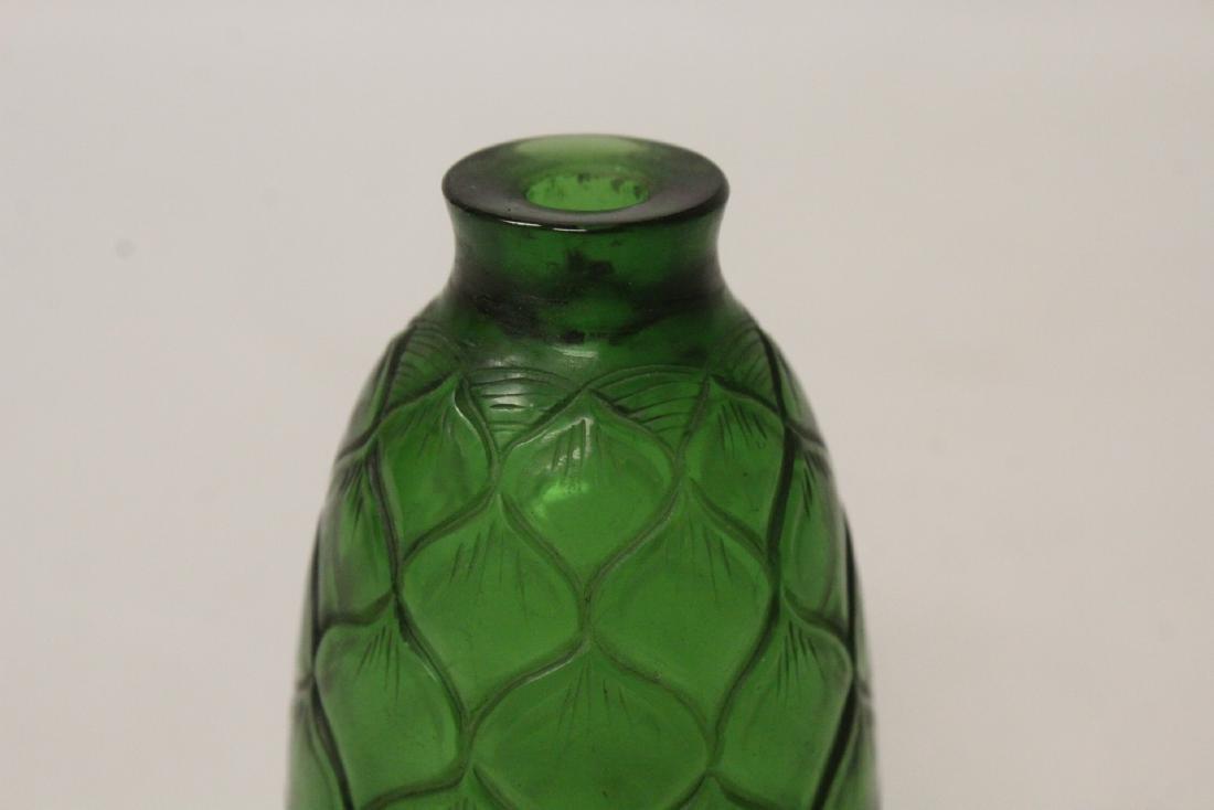 Green Peking glass snuff bottle - 8