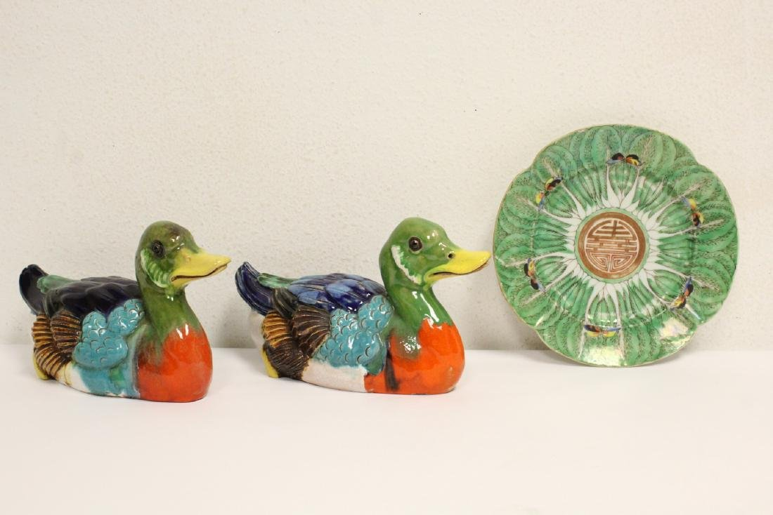 2 Chinese wucai porcelain ducks and an antique plate