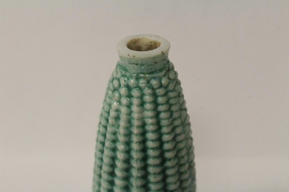 Unusual Chinese porcelain snuff bottle in corn motif - 9