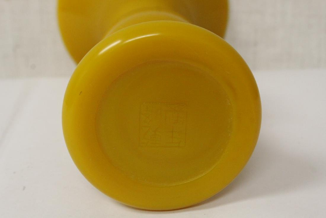A yellow Peking glass vase - 8