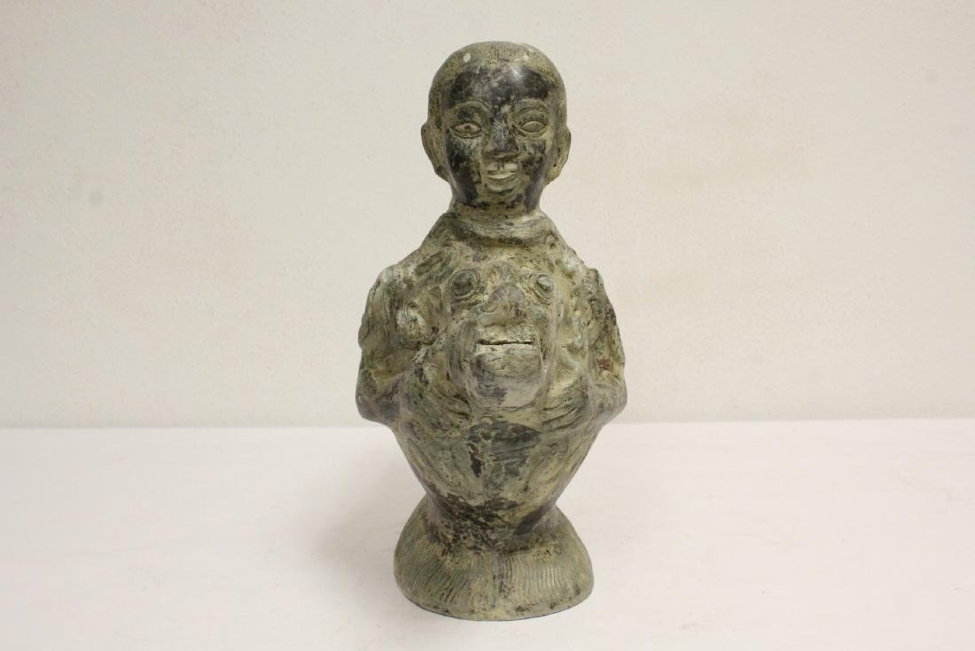 A very unusual Chinese archaic bronze wine server - 2