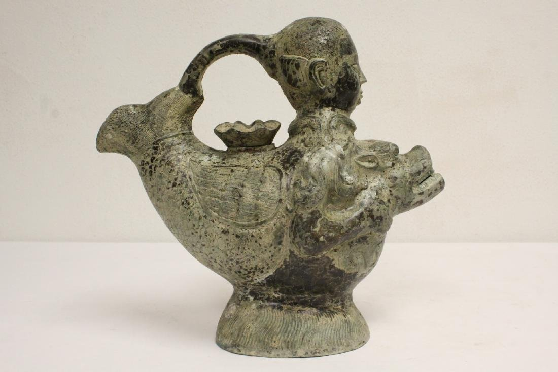 A very unusual Chinese archaic bronze wine server - 3