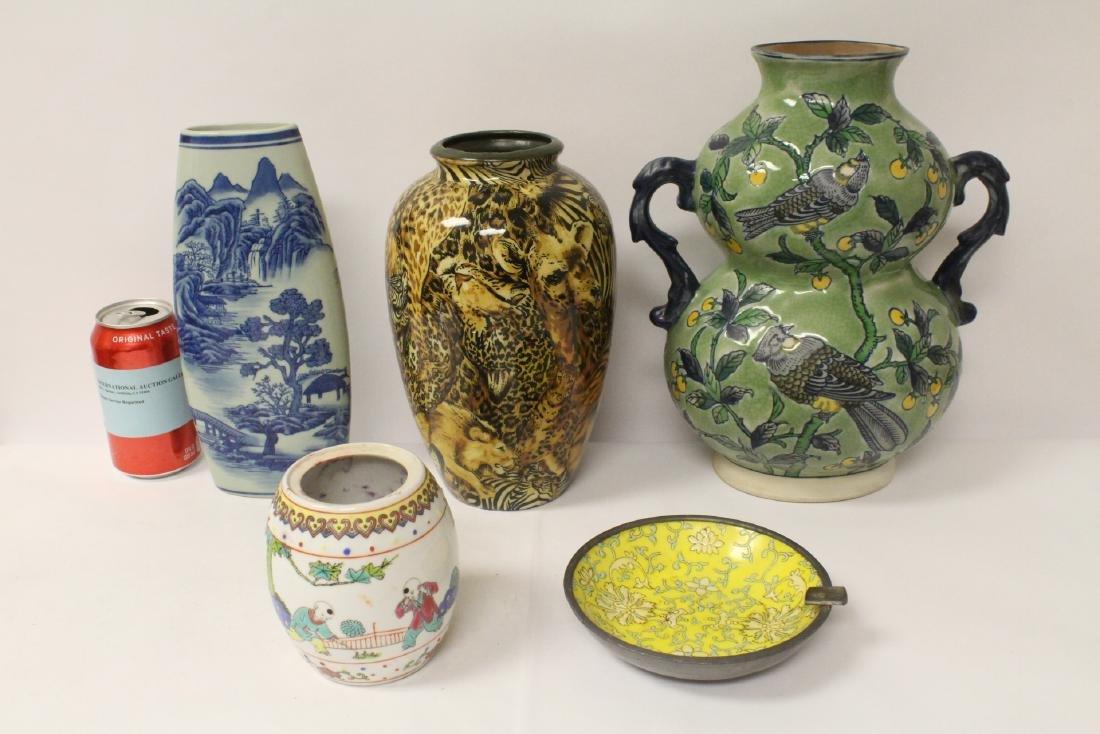4 porcelain vases and a porcelain dish