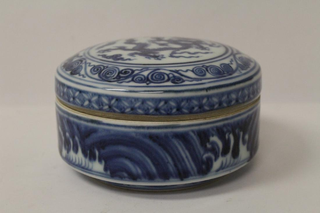 Chinese blue and white covered box - 3