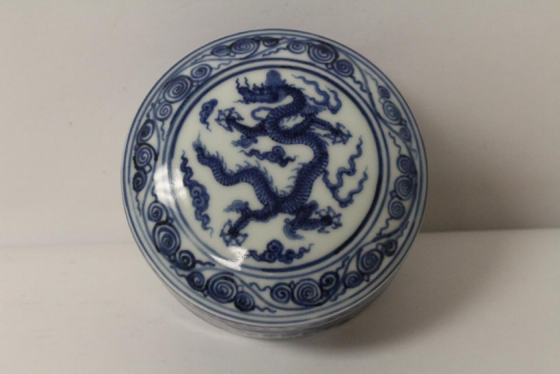 Chinese blue and white covered box - 6