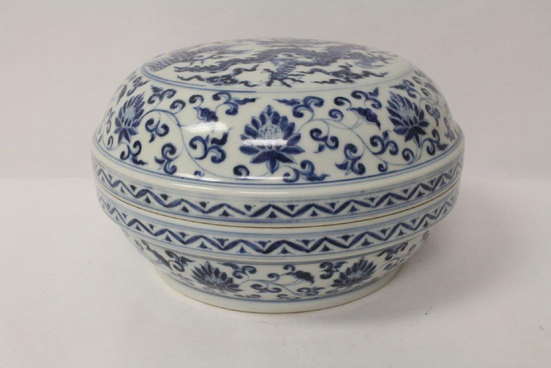 Chinese blue and white porcelain covered box - 4