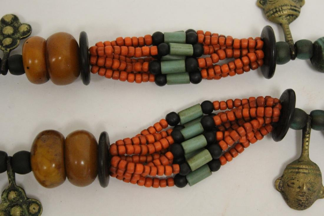 An amber like and coral like necklace - 10