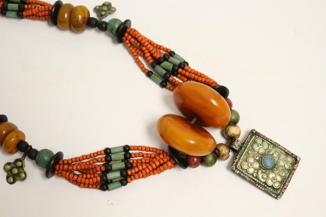 An amber like and coral like necklace - 3