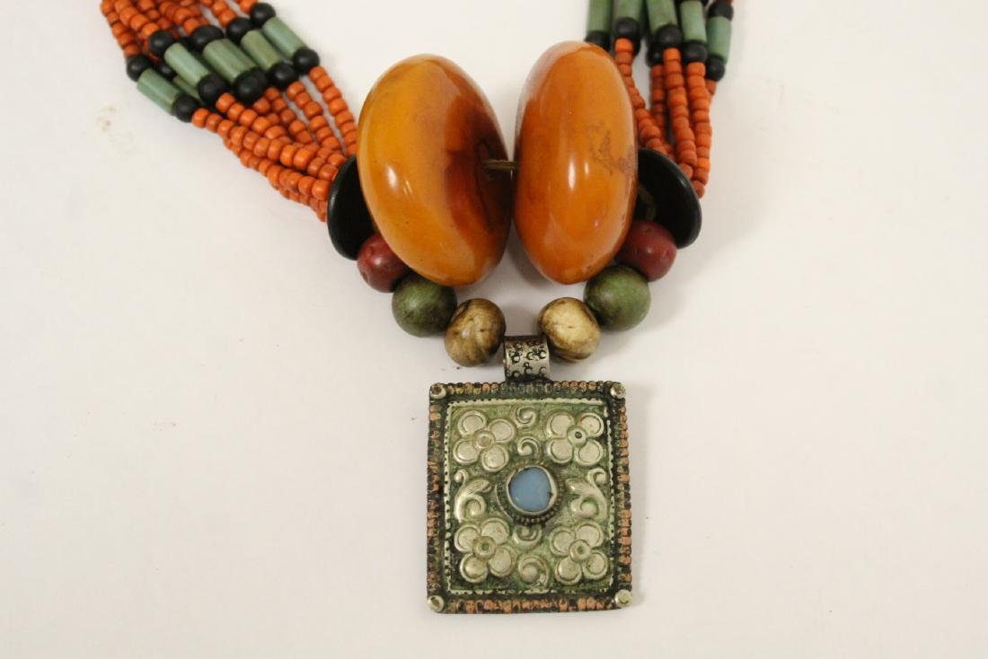 An amber like and coral like necklace - 5