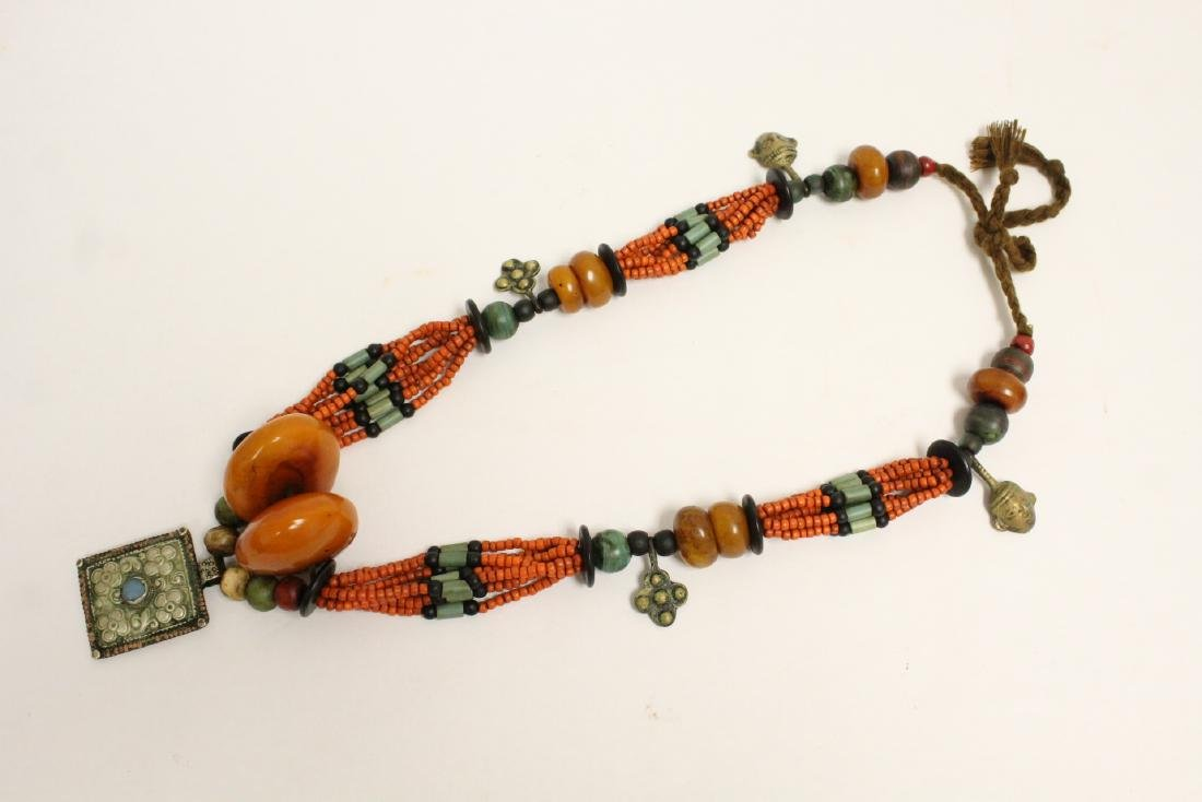 An amber like and coral like necklace - 6