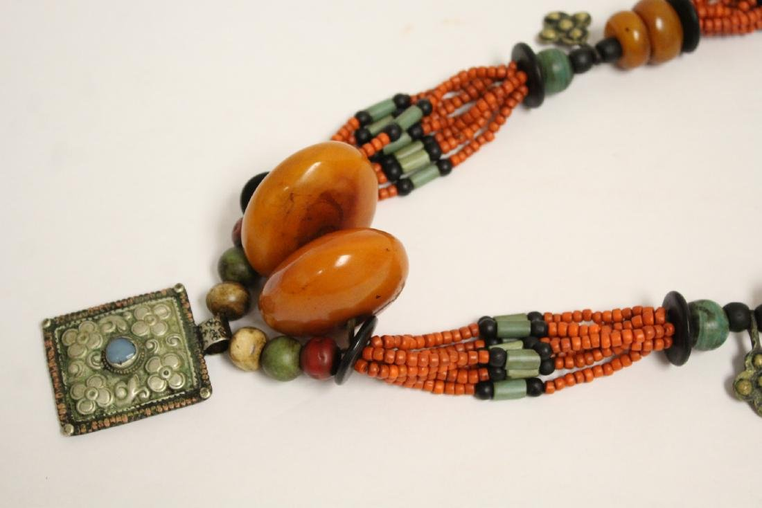 An amber like and coral like necklace - 7