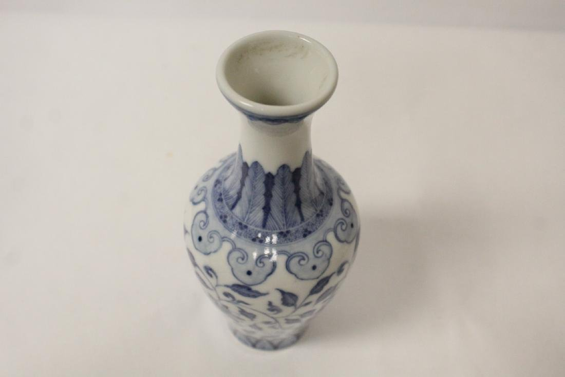 A small Chinese vintage blue and white vase - 10