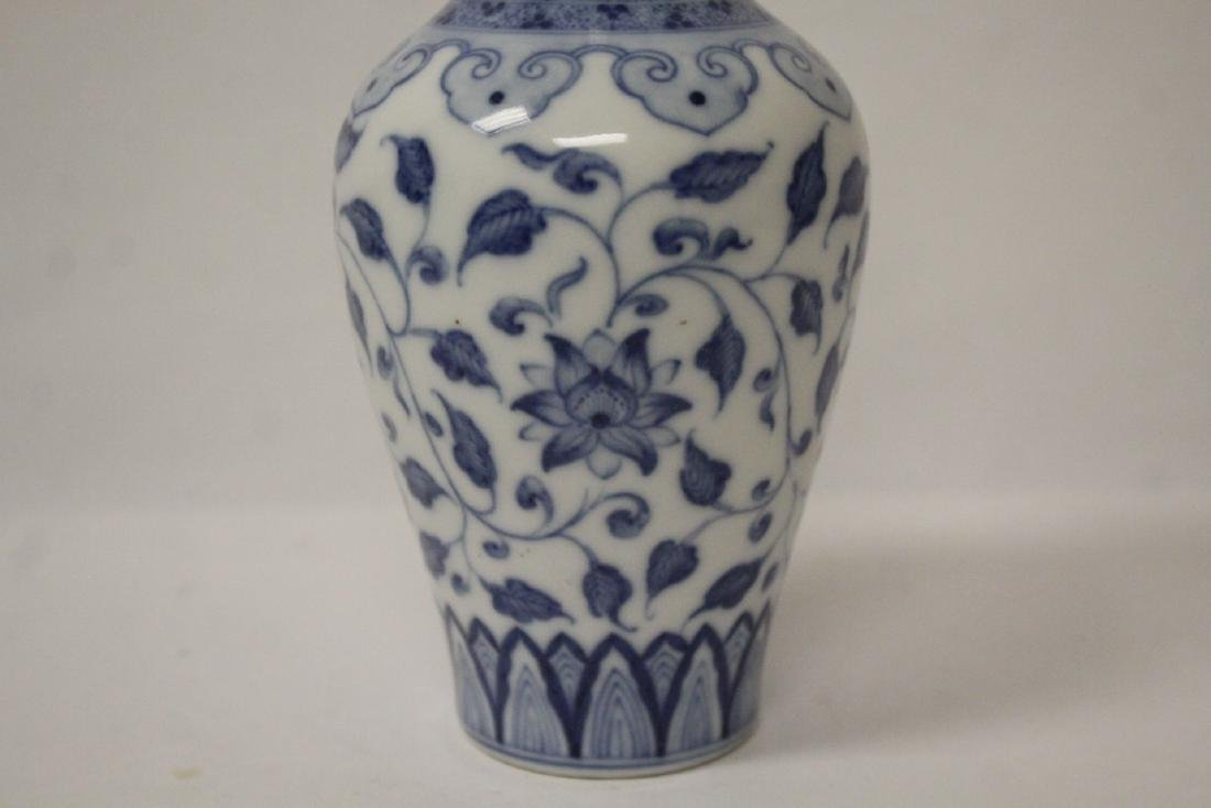 A small Chinese vintage blue and white vase - 2