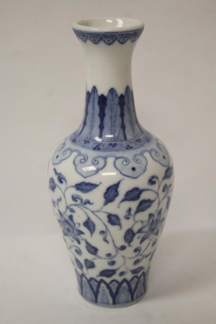 A small Chinese vintage blue and white vase - 6