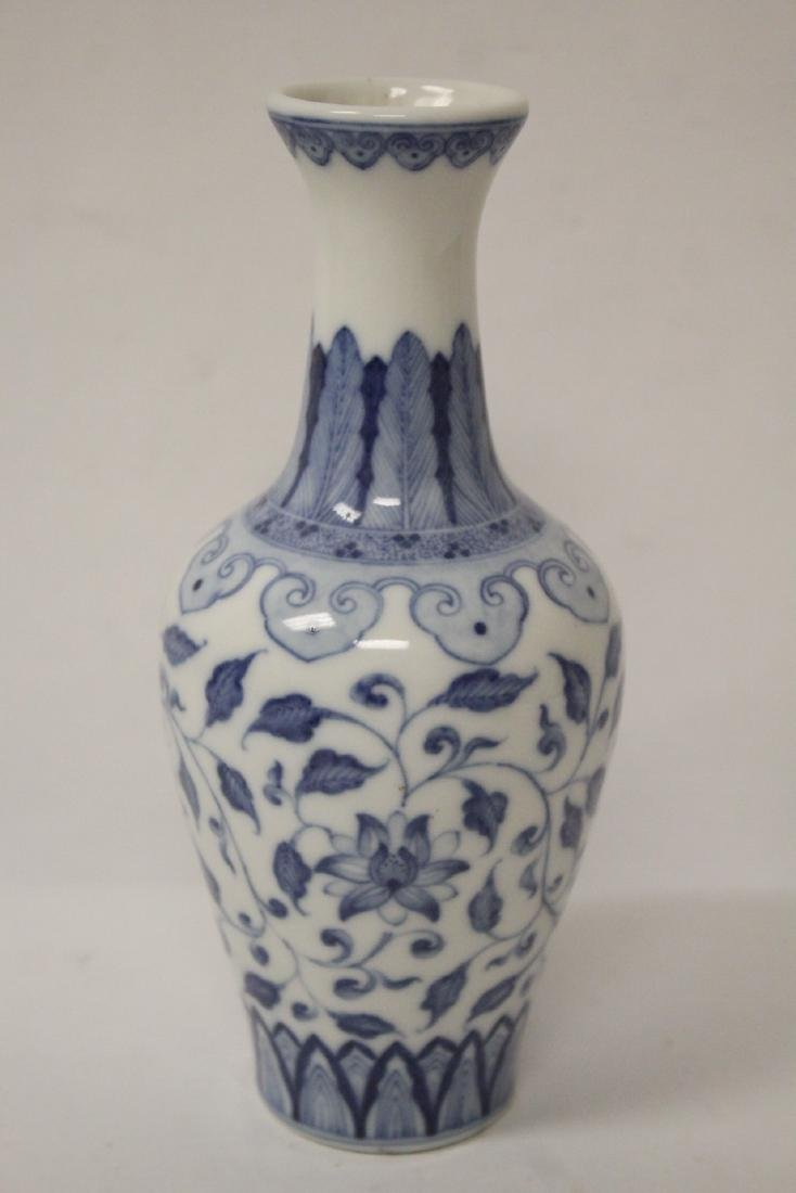 A small Chinese vintage blue and white vase - 7