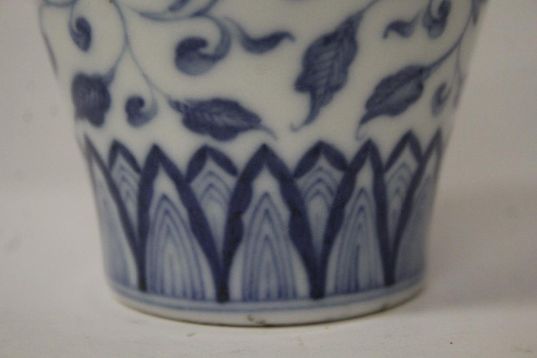 A small Chinese vintage blue and white vase - 9