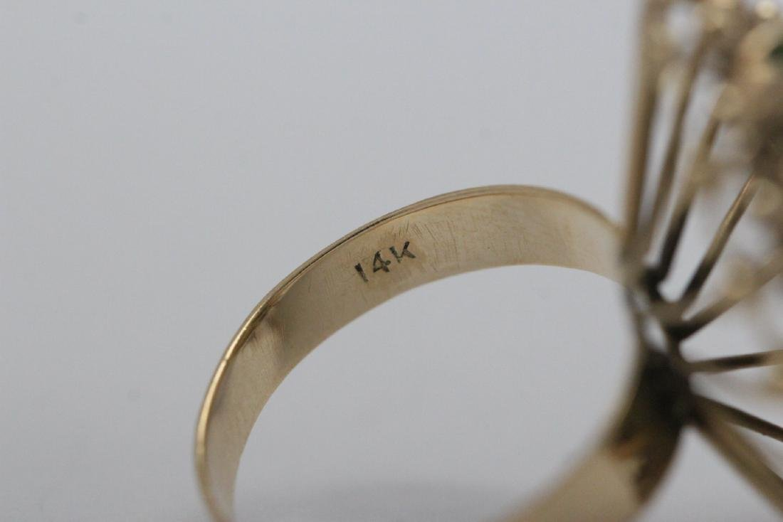 An ornate 14K Y/G jadeite ring - 10