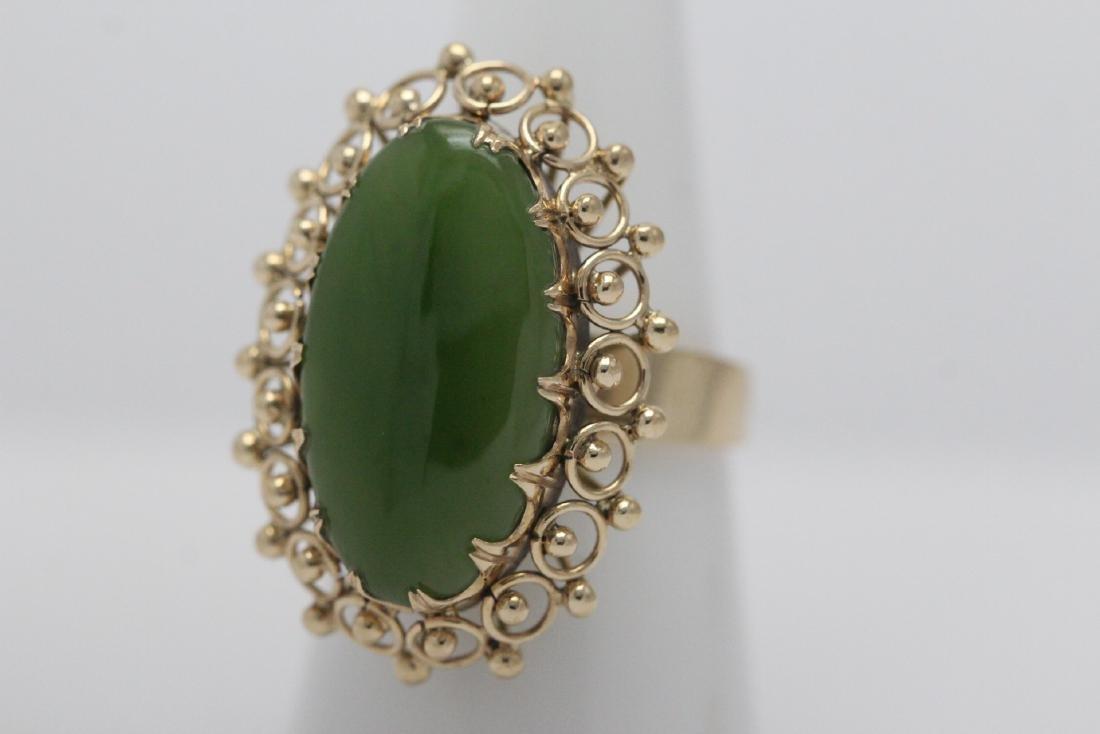An ornate 14K Y/G jadeite ring - 2