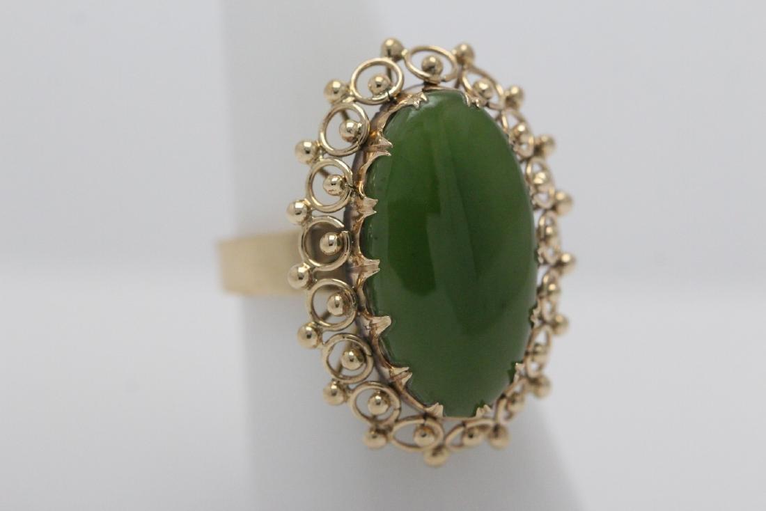 An ornate 14K Y/G jadeite ring - 3