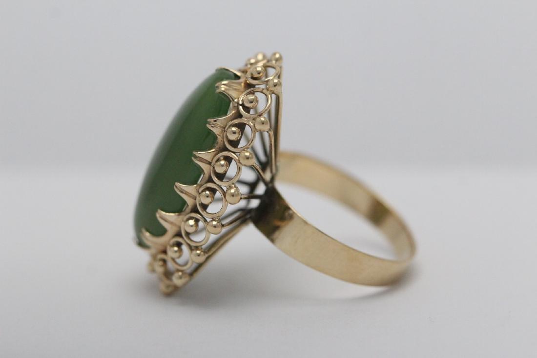 An ornate 14K Y/G jadeite ring - 4