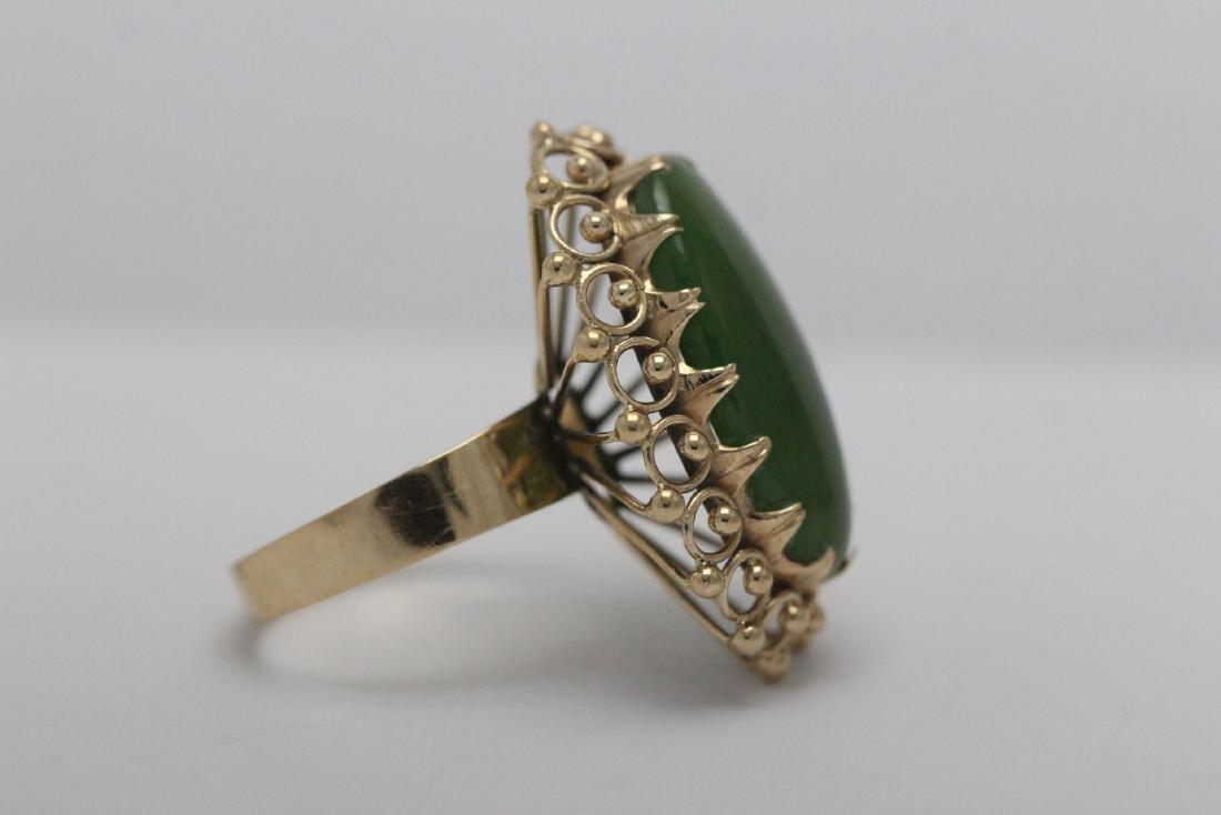 An ornate 14K Y/G jadeite ring - 5