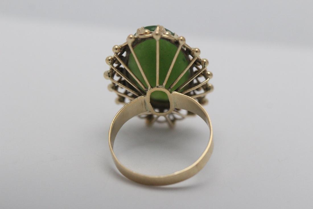 An ornate 14K Y/G jadeite ring - 6