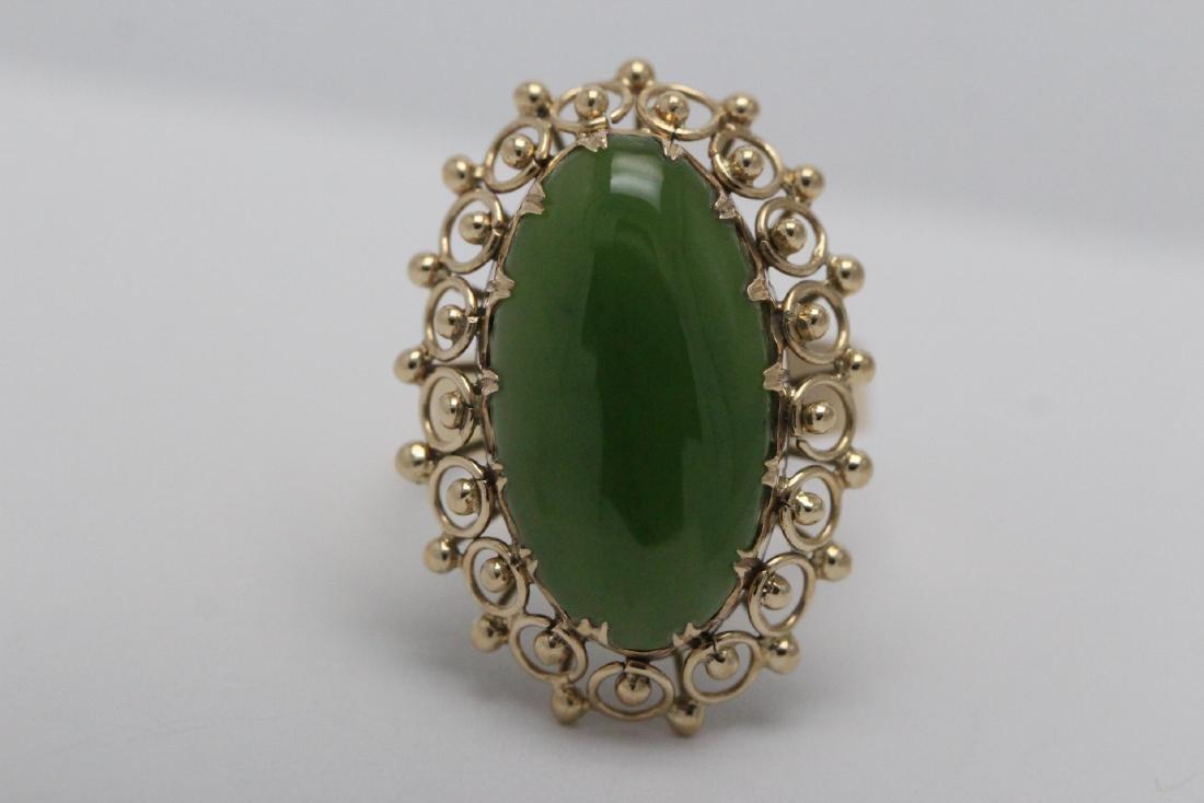 An ornate 14K Y/G jadeite ring - 7