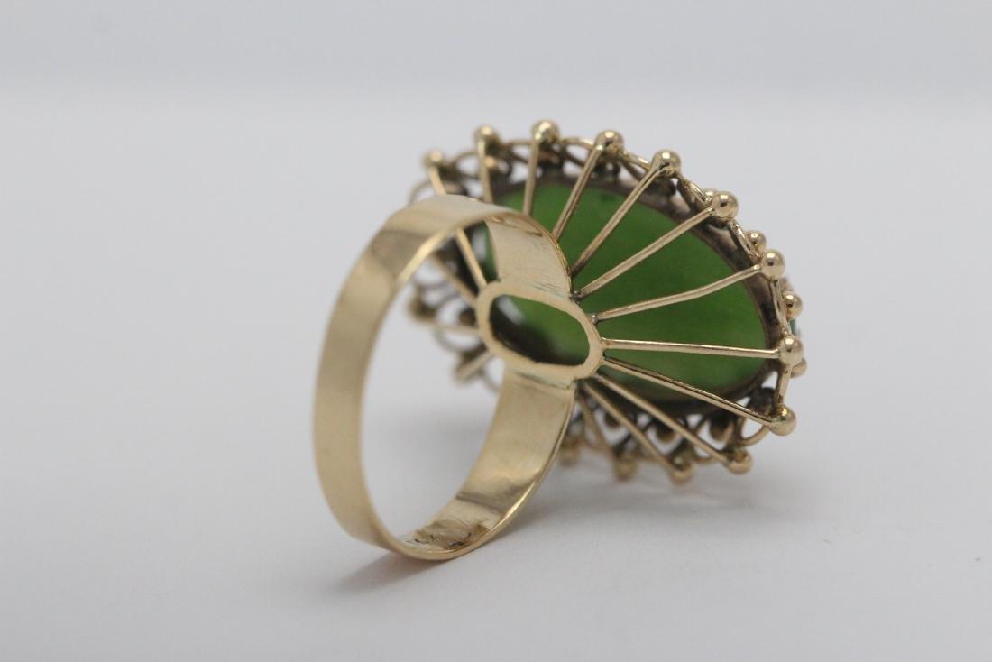 An ornate 14K Y/G jadeite ring - 8