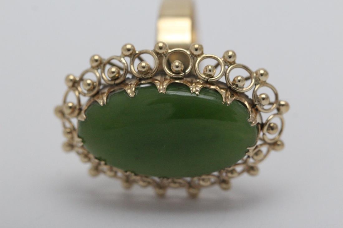 An ornate 14K Y/G jadeite ring - 9